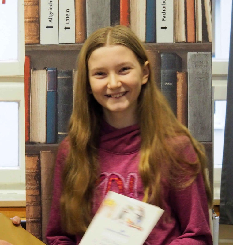 Elisa, Klasse 6, vertritt unsere Schule im Vorlesewettbewerb
